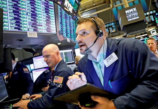 3日ぶりに反発したニューヨーク証券取引所のトレーダー(9日)=ロイター