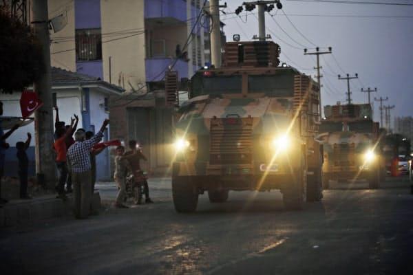 トルコ軍のシリアへの侵攻後、シリアとの国境近くの地域住民はトルコ軍に歓声をあげていた(9日)=AP