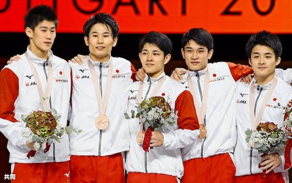 男子団体総合で銅メダルを獲得した(左から)橋本大輝、萱和磨、谷川翔、谷川航、神本雄也=共同