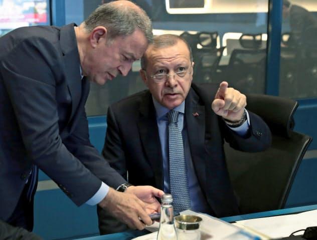 9日、トルコのエルドアン大統領(右)はシリア攻撃に踏み切った(アンカラの司令室)=ロイター