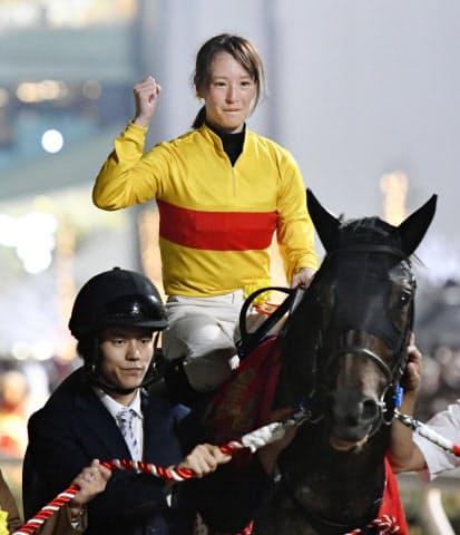 東京盃をコパノキッキングで制し、重賞初勝利を挙げた藤田菜七子=共同