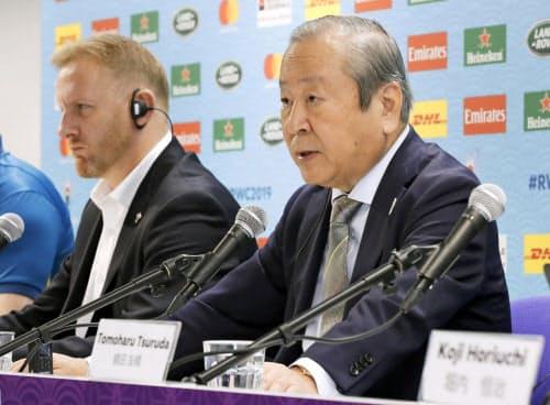 記者会見で2試合の中止を発表するラグビーW杯日本大会組織委員会の嶋津昭事務総長(右)=10日午後、東京都内