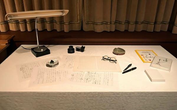 定宿で執筆に使う机の様子を再現した
