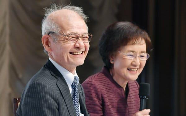 記者会見で笑顔を見せる旭化成の吉野彰名誉フェロー(左)と妻の久美子さん(10日、東京都千代田区)