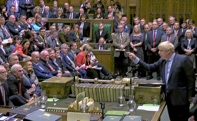 ジョンソン首相(右端)は合意なき離脱を辞さない強硬姿勢を貫くが、与党内は分裂している=ロイター