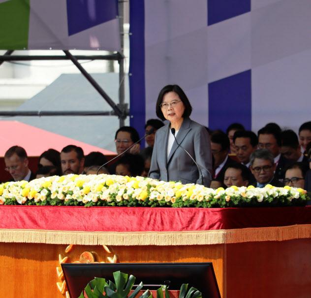 台湾の双十節で演説する蔡英文総統(10日、台北市)