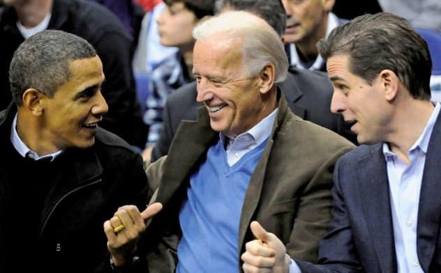 10年1月、バスケットボールの試合を観戦した(左から)オバマ前大統領、バイデン前副大統領、ハンター・バイデン氏=ロイター