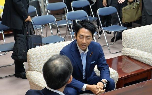 小泉環境相は就任翌日に福島県知事と面会した(9月12日、福島県庁)