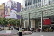 中国の街中ではNBAの広告が目立つが、撤去される動きも最近広がってきた(上海市)=AP