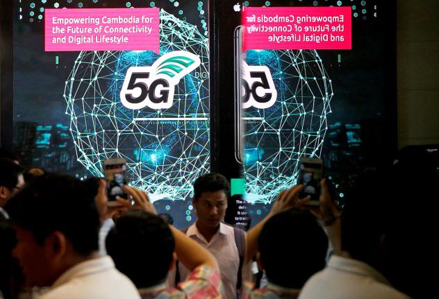 カンボジアでは最大手のスマート・アシアタが年内の「5G」の商用サービス開始をめざしている(7月、プノンペン)=ロイター