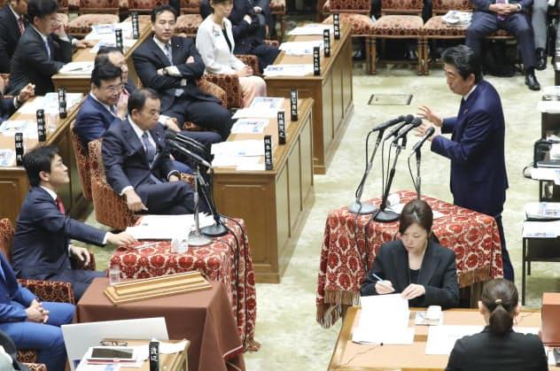 衆院予算委で国民・玉木代表(左)の質問に答える安倍首相(10日)