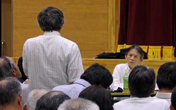 大分県日田市で開かれた説明会で住民の意見を聞くJR九州の前田勇人副社長(右)