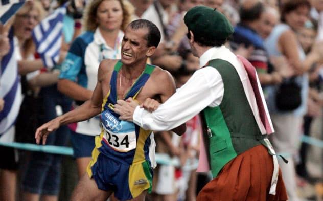男子マラソンで沿道から飛び出した男に抱きつかれたバンデルレイ・デリマ=AP