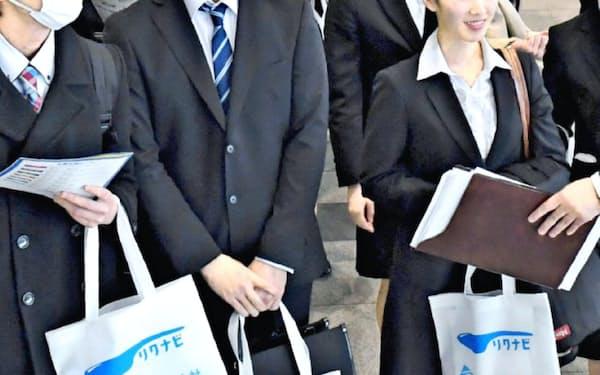 「リクナビ」の合同企業説明会に訪れた就活生(3月1日、千葉市美浜区の幕張メッセ)