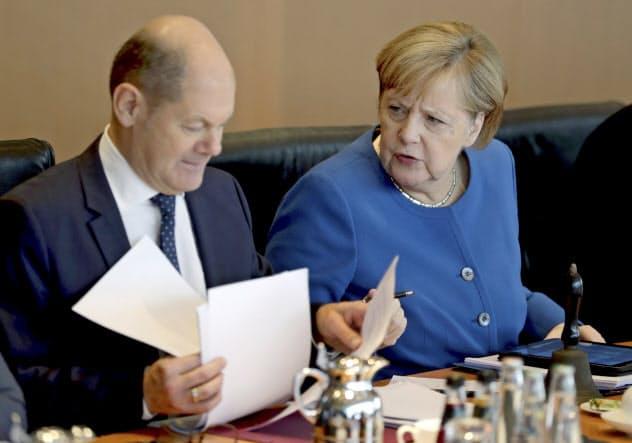 メルケル首相(右)とショルツ財務相(2日、ベルリンでの閣議)=AP