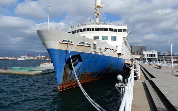 さびが目立つ旧青函連絡船「摩周丸」は再塗装を予定する(函館港)