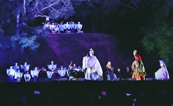 津堂城山古墳で上演された新作能「水の輪」(大阪府藤井寺市)