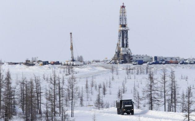 ロシアの資源開発プロジェクトへの参画には民間企業も関心を示す(ロシア北部のスズンスコエ油田)=ロイター