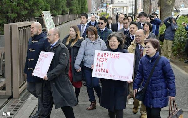 各地で同性婚を求める訴訟が始まっている(2月、東京地裁に入る原告ら)
