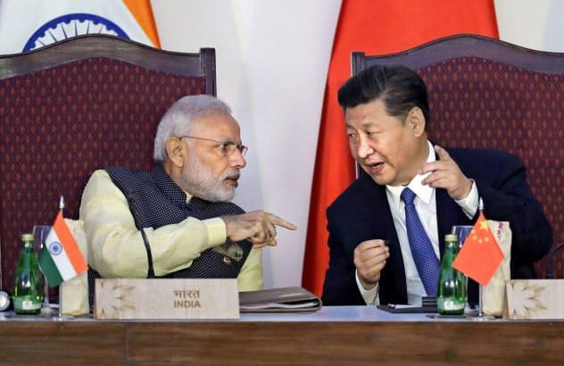 中印首脳は対米協調の演出を狙う(2016年の会談)=AP