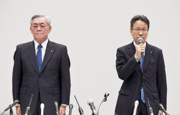 会長辞任が決まり、記者会見する関西電力の八木氏(左)。右は岩根社長(9日午後、大阪市福島区)