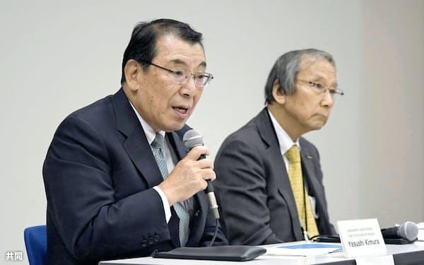 日産自動車の新社長人事について記者会見する木村康・取締役会議長。右は指名委員会の豊田正和委員長=8日夜、横浜市。