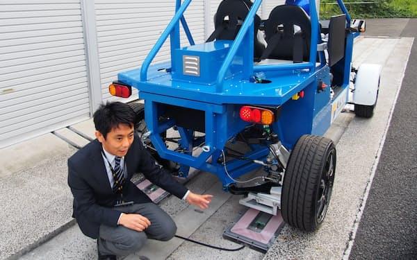 EVが走りながらでも、路面の送電コイルからタイヤ内蔵の受電コイルに電力を受け取れる