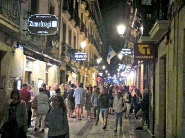 地元の食通や観光客らでにぎわうバル街(9月、サンセバスチャン)