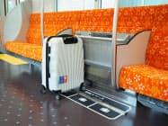 座席の一部を折り畳んでスーツケースを置けるようにする