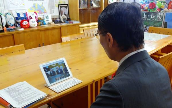 埼玉、群馬の両県知事はタブレット端末を使ってテレビ会議をした(10日、埼玉県庁)