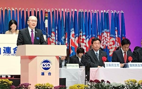 連合定期大会であいさつする神津会長。立民の枝野代表や国民民主の玉木代表も来賓としてあいさつした(10日、都内)