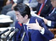 衆院予算委で答弁する安倍首相(10日)