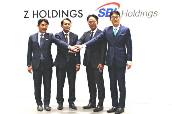 包括提携を発表するZホールディングスの川辺健太郎社長(左から2番目)ら(10日、都内)