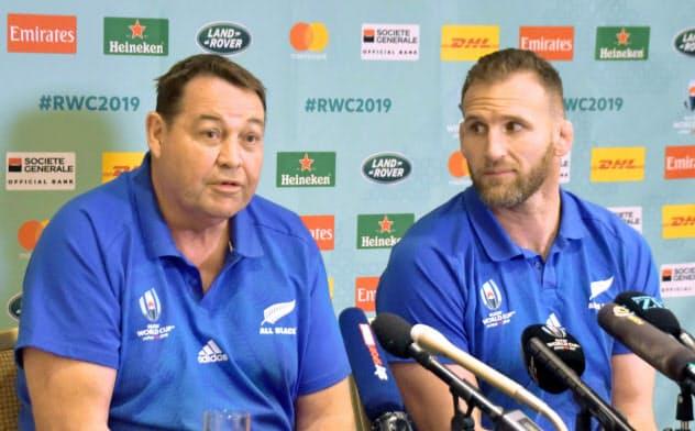 記者会見するニュージーランドのスティーブ・ハンセン監督(左)とキーラン・リード主将(10日、千葉県浦安市)=共同