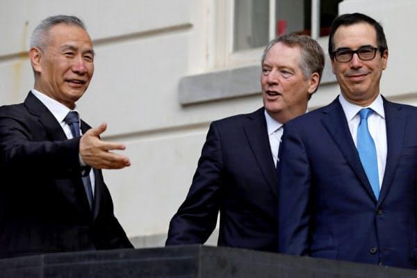 10日、ワシントンのUSTR入り口で劉氏(左)を出迎えたライトハイザー氏(中)とムニューシン氏=ロイター
