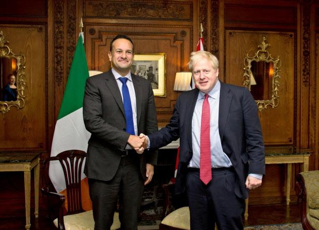 アイルランドのバラッカー首相(左)とジョンソン英首相は国境問題を集中的に議論した(10日、英中部ソーントン・ホウ)=ロイター