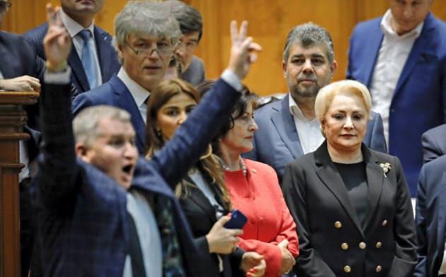ルーマニアのダンチラ首相(右)の退任が決まった=AP