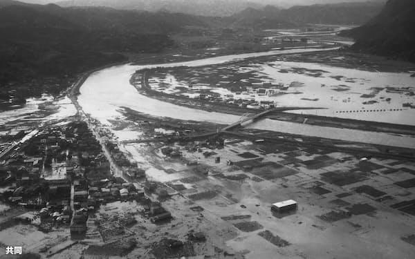 伊豆半島中部の狩野川が決壊し、冠水した住宅や田畑(1958年9月)=共同