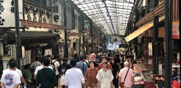 熱海駅前の商店街も若い世代が目立ってきた