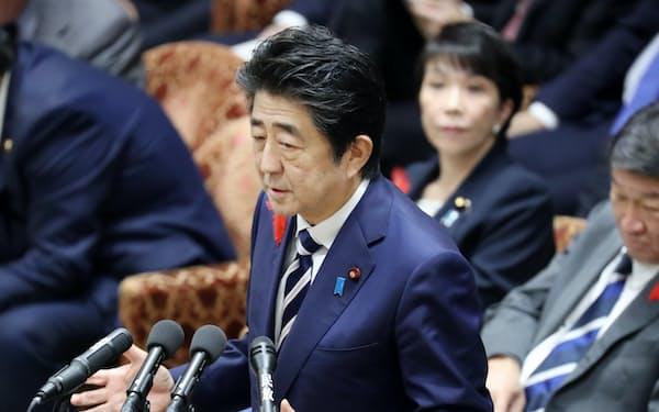 衆院予算委で答弁する安倍首相(11日)