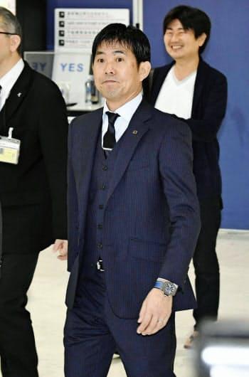 サッカーW杯アジア2次予選のタジキスタン戦に向け出発する森保監督(11日、成田空港)=共同
