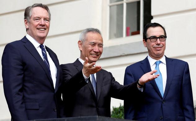 ワシントンでの米中貿易協議に臨む米通商代表部(USTR)のライトハイザー代表(左)、中国の劉鶴副首相(中央)、ムニューシン米財務長官(右)=ロイター