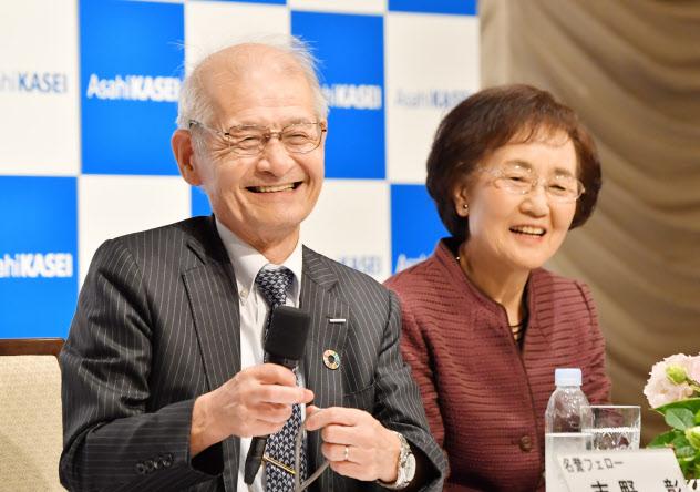 吉野彰名誉フェローと妻の久美子さん