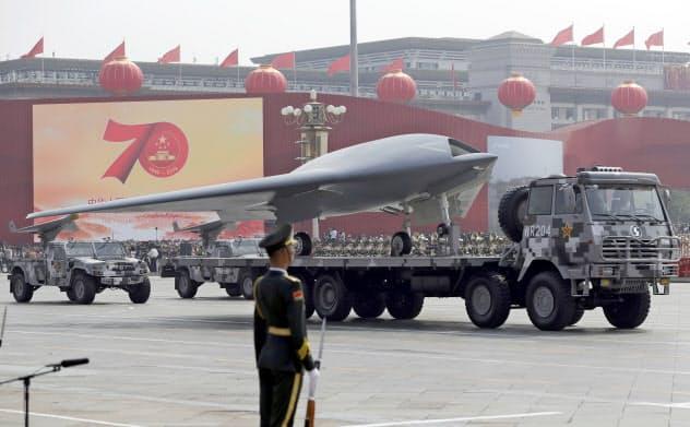 1日の中国の軍事パレードにはステルス無人機や弾道ミサイルなど最新兵器が登場した=AP