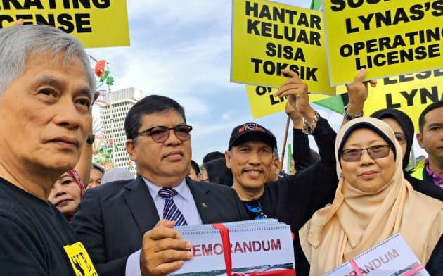マレーシアでは地元の人々が豪ライナスのレアアース加工工場の操業停止を求めた=ロイター