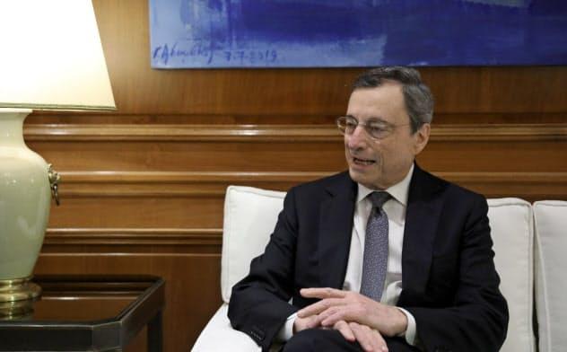 ドラギ総裁のQE再開の決定が、ECB内部で議論を呼んでいる=ロイター