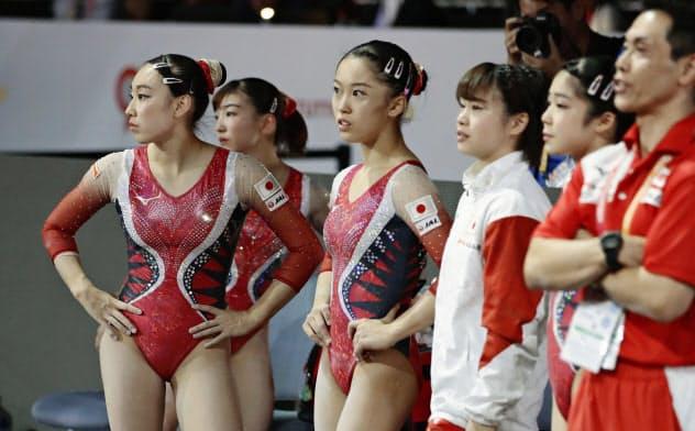 世界体操選手権で演技後の得点を確認する日本代表選手たち(シュツットガルト)=共同