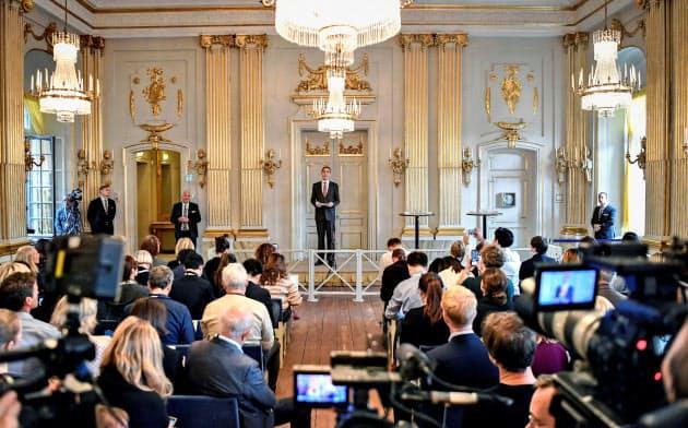 2018年と19年のノーベル文学賞授賞者発表式=10日、スウェーデンの首都ストックホルム(ロイター=共同)