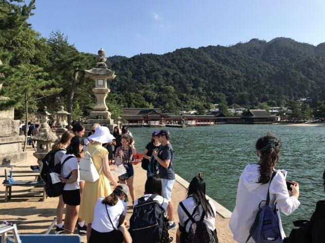 宮島では観光客の受け入れ体制の整備が課題となっている(広島県廿日市市、奥が厳島神社)