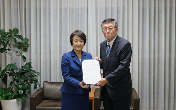 横浜市の林文子市長(左)と秋田県の佐竹敬久知事が協定を締結した(11日、横浜市)